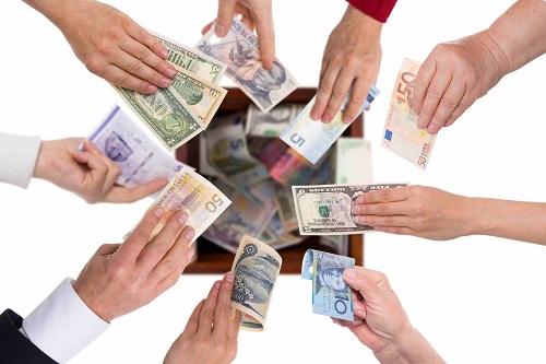 Beim Crowdlending beteiligen sich viele Anleger an einem Kredit.