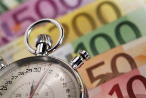 Stoppuhr veranschaulicht schnelle Auszahlung des Sofortkredits bei auxmoney